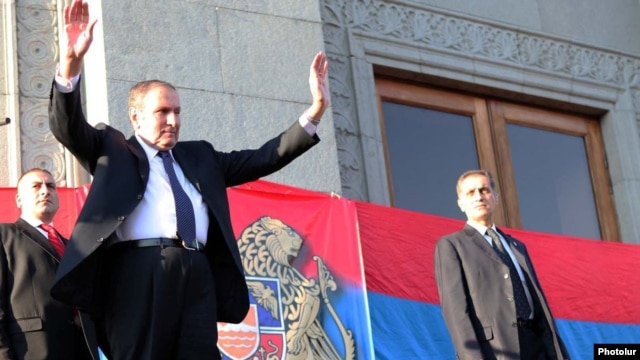 Armenia - Opposition leader Levon Ter-Petrosian greets thousands of supporters rallying in Yerevan, 09Sep2011.