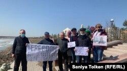 Активисты проводят акцию на берегу реки Ишим с призывом освободить Ербола Есхожина. Нур-Султан, 14 апреля 2021 года.