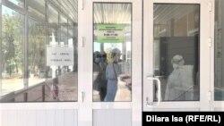 У входа в ковидный центр в городе Шымкенте. Август 2021 года