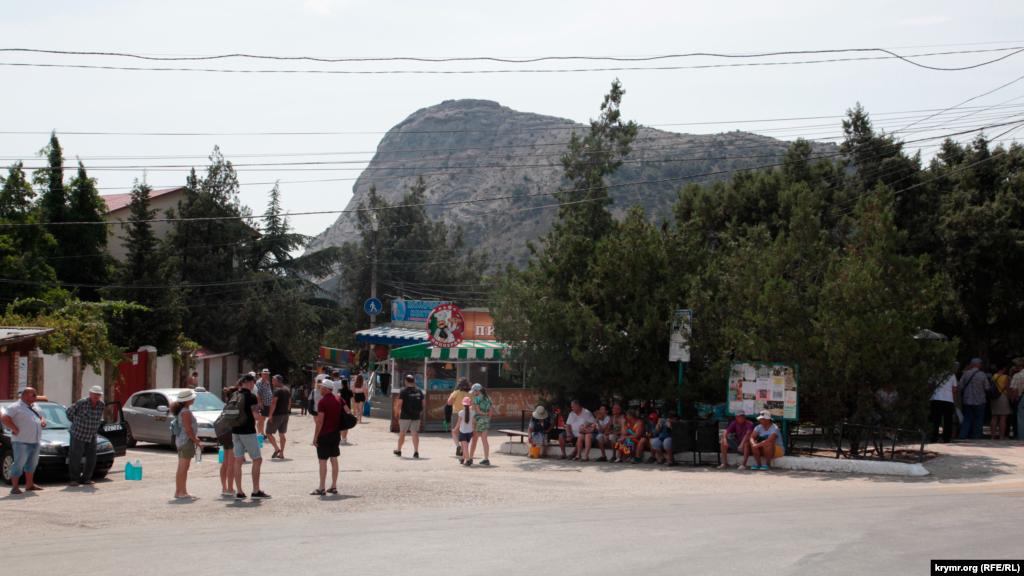 Остановка в Новом Свете. Люди ждут автобуса в Судак