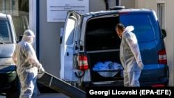 Сотрудники инфекционной больницы в Скопье перевозят тело жертвы COVID-19. 19 ноября 2020 года, Северная Македония