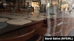 Az egyik zárva tartó kávézó az üres Vörösmarty téren Budapesten