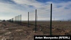 Забор вокруг стройплощадки на территории арт-кластера «Таврида»