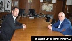 Новият директор на ГДБОП Калин Стоянов (вляво) разговаря с главния прокурор Иван Гешев