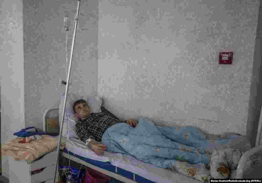 Під апаратом ШВЛ три дні лежав і цей молодий чоловік. Йому 23 роки. Каже, що подумав, що простудився. Потім дійшло до запалення легень. Та коли звернувся до медиків й отримав позитивний тест на COVID-19, одразу ж госпіталізували. Нині він продовжує лікуватися, як і сотні інших людей у цій лікарні
