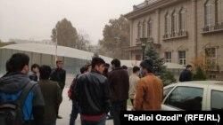 Таджикские студенты, обучающиеся в зарубежных вузах, у здания МИД. Душанбе, 9 ноября 2020 года.