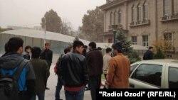 Таджикские студенты российских вузов собрались недалеко от здания посольства РФ в Таджикистане , 11 ноября 2020 года