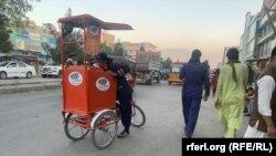 یک فروشنده بستنی یا آیسکریم یخچالی در شهر کابل