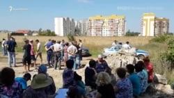 На «поляну протеста» в Симферополе приехали силовики (видео)