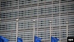 Zastave na pola koplja u Briselu nakon napada na aerodrom i metro 22. marta 2016 .