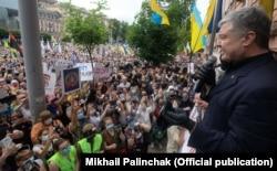 П'ятий президент України Петро Порошенко виступає біля Печерського районного суду. Київ, 18 червня 2020 року