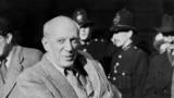 پیکاسو در ایستگاه ویکتوریا در لندن در ۱۲ نوامبر ۱۹۵۰، زمانی که برای شرکت در کنگره جهانی پارتیزانهای صلح به بریتانیا سفر کرده بود.