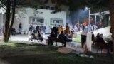 Избирачки одбори чекаат во двор на скопско средно училиште да предадат избирачки материјал