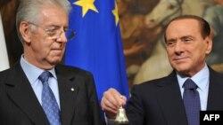Поранешниот италијански премиер Силвио Берлускони свечено му ја предава функцијата на неговиот наследник Марио Монти.