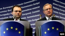 Vicepremijer Ivica Bocevski (levo) i komesar za proširenje EU Oli Ren (desno) na pres konferenciji u Briselu , 04. septembar 2008.