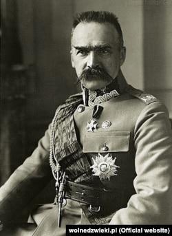 Юзеф Пілсудський (1867–1935) – польський політичний і державний діяч, перший голова відродженої польської держави. Засновник польської армії, маршал Польщі