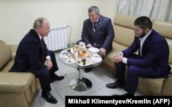 Rus prezidenti Wladimir Putin Abdulmanap we Habib Nurmagamedowlar bilen duşuşýar.