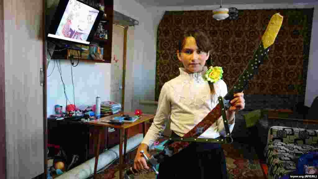 Праправнучка кобзаря Таня з сімейною реліквією – шаблею, яку колись подарували її прапрадіду шанувальники його таланту.