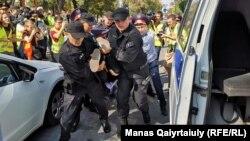 Полицейские задерживают участника акции протеста в Алматы. 21 сентября 2019 года.