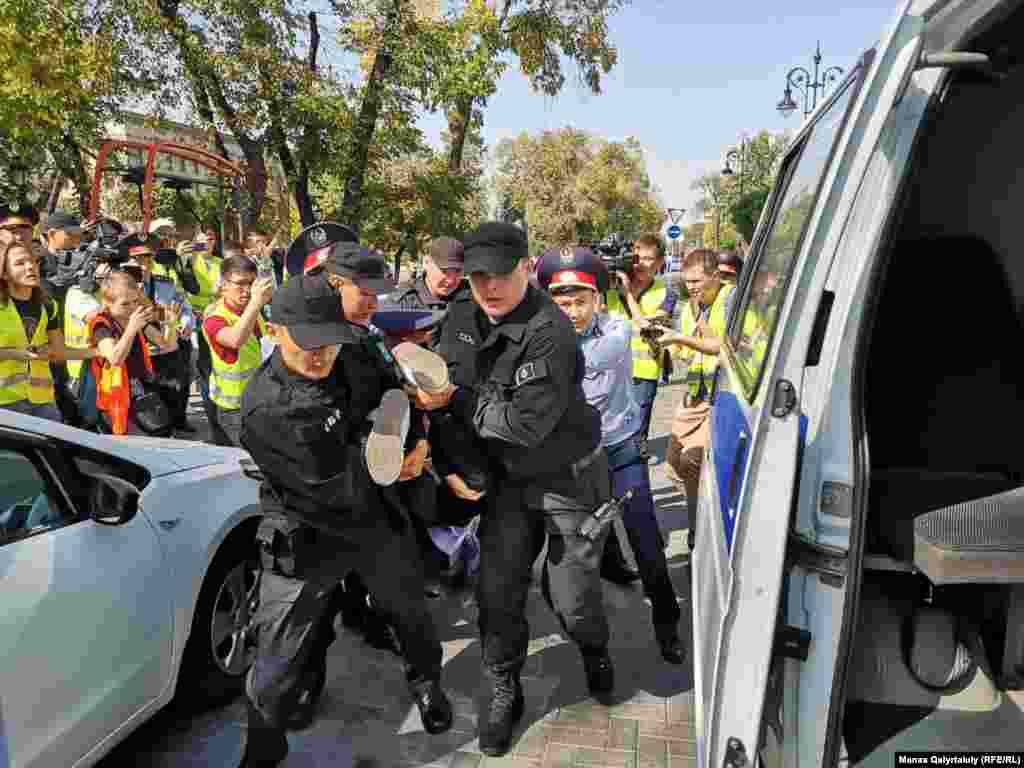 """Алматыда түске таман бірнеше адам """"митинг болады"""" деп алдын ала белгіленген орынға келіп, билікке талап айта бастады. Бірақ полиция қызметкерлері оларға сөзін аяқтатпай, ұстап әкетті.Алматы, 21 қыркүйек 2019 жыл."""