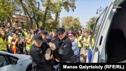 Задержание возможного участника протеста на месте предполагаемой антиправительственной акции. Алматы, 21 сентября 2019 года.
