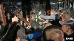 "Во время беспорядков у торгового центра ""Бирюза"""
