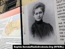 Виїхавши за кордон, Ізидора Косач зазначала, що не приїде до України, «поки там панує неволя і заарештовують невинних людей»