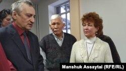 Галина Арзамасова (оң жақта) сот ғимаратында тұр. Талғар, 25 желтоқсан 2019 жыл.