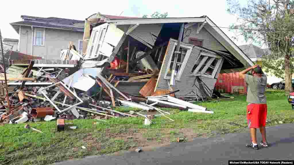 Dartanian Stovall gleda prema kući koja je srušena dok se nalazio unutra kada je prošao uragan Ida, New Orleans, Louisiana