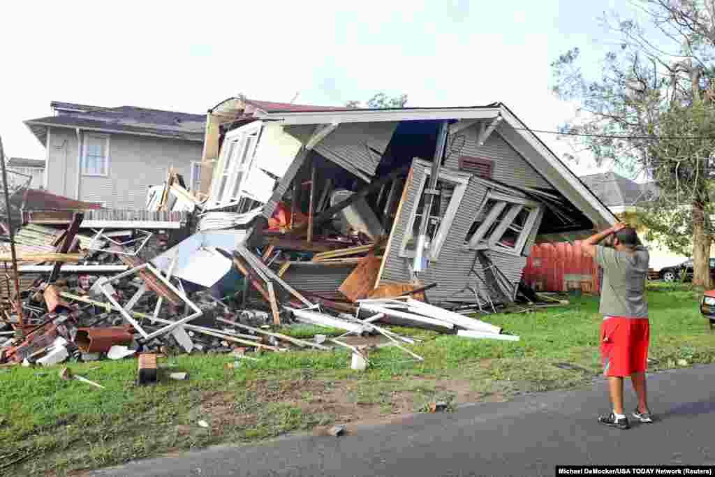 Dartanian Stovall duke shikuar shtëpinë që u shemb teksa ai ndodhej brenda saj, përderisa Nju-Orlinsin po e godiste uragani Ida. (30 gusht)