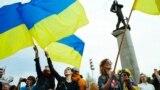 Мешканці Донецька на акції протесту проти агресії Росії щодо України. Донецьк, 28 квітня 2014 року