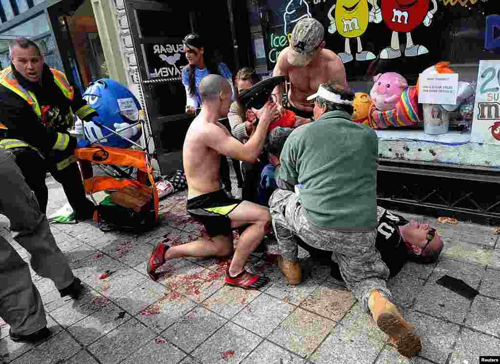Бігуни і глядачі надають допомогу одному з поранених