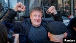 Ցուցարարը փորձում է փակել ձերբակալված Ալեքսեյ Նավալնիին տեղափոխող ոստիկանական միկրոավտոբուսի ճանապարհը, Մոսկվա, 26-ը մարտի, 2017թ.