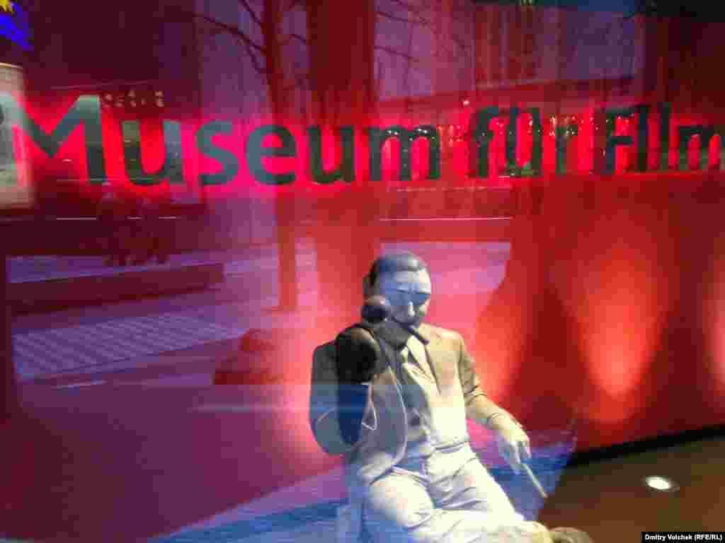 Фигура Эрнста Любича в витрине музея кино