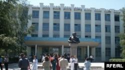 Перед зданием Северо-Казахстанского государственного университета. Петропавловск.