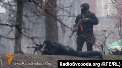 Спецпризначенці з автоматом Калашникова і снайперською гвинтівкою використовують вогнепальну зброю проти протестувальників, Київ, вулиця Інститутська, 20 лютого 2014 року