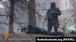 Спецпризначенці з автоматом Калашникова і снайперською гвинтівкою, Київ, вул. Інститутська, 20 лютого 2014 року