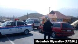 Кыргыз-тажик чек арасына кетчү жол. Баткен, Кыргызстан. 14-мартта тартылган сүрөт.