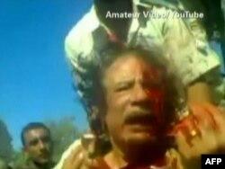Кадр любительского видео показывает, что бывший диктатор Ливии Муаммар Каддафи был жив, когда его схватили. Сирт, 20 октября 2011 года.