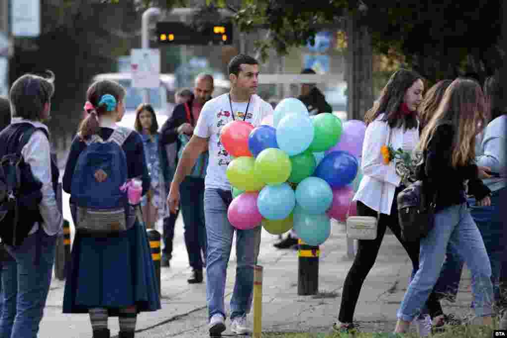 Подготовката за тържеството започна рано сутринта с балони и в 31 СУЧЕМ в София.