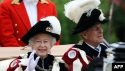 Принц Филип с королевой