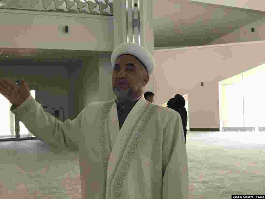 """По словам имама мечети Яхияхаджи Исмаилова, каноны ислама позволяют продавать излишки. «Всегда так было, что мусульмане продавали продукты своего честного труда. Пророк говорил: """"Занимайтесь торговлей, в торговле есть благополучие"""". Когда придет судный день, продавец будет рядом со мной, говорил порок. Продавать плоды своего труда – самое честное и благородное дело», – ответил Азаттыку имам новой мечети на вопрос, насколько согласуется с канонами религии продажа избытков электроэнергии городу."""