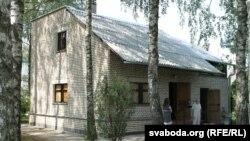 На просьбу Быкава пры пабудове лецішча былі захаваныя бярозы