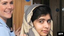 Пакистанский блогер Малала Юсафзай покидает больницу. Бирмингем, 3 января 2012 года.