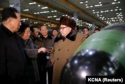 Ким Чен Ын в окружении своих ученых-ядерщиков. Дата и место съемки точно не известны