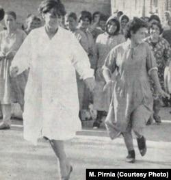 تصویری از حضور منصوره پیرنیا (چپ) در امینآباد