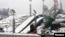 Комплекс трамплинов RusSki Gorki в Красной поляне недалеко от Сочи, январь 2014 г․