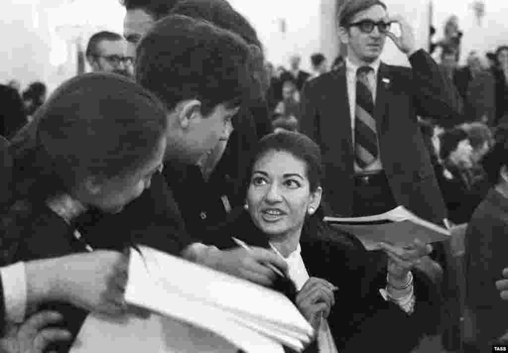 Callas signing autographs in Moscow on June 22, 1970