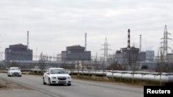 Машины проезжают мимо Запорожской АЭС, иллюстрационное фото