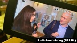 Депутат Верховної Ради Михайло Радуцький спілкується з журналісткою Радіо Свобода Властою Лазур, 1 листопада 2019 року